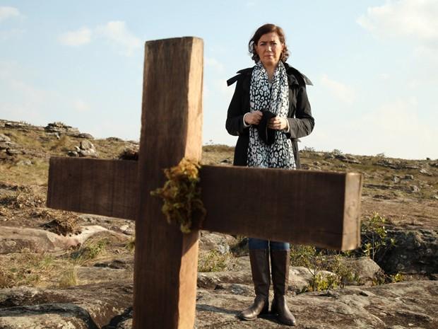 A madame vê o túmulo de Sebastião Ferreira (Foto: Carol Caminha/TV Globo)