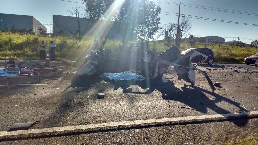 Carro ficou destruído após a colisão frontal em Marília  (Foto: Maurício Ribeiro/ Arquivo pessoal )