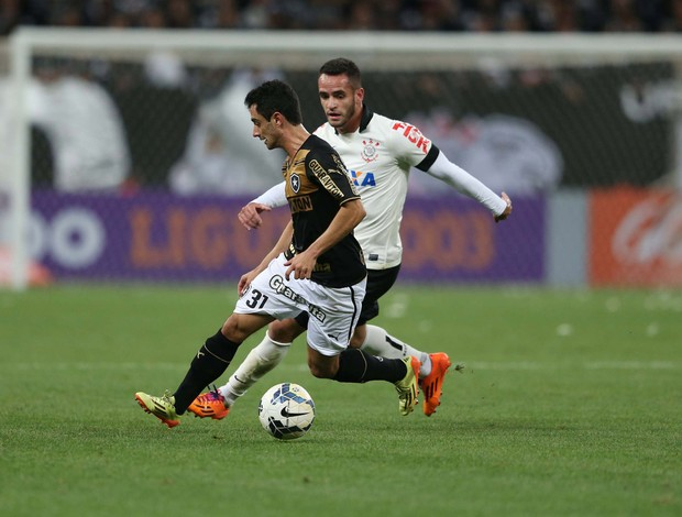 Daniel e Renato Augusto Corinthians x Botafogo (Foto: Marcos Ribolli)