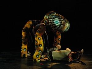 Bailarinos contam a hsitória de uma terra desconhecida através da dança (Foto: Divulgação/João Mussolin)