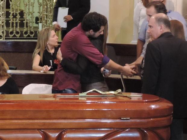 Filho do músico é consolado por amigos e parentes (Foto: Débora Soares/G1)