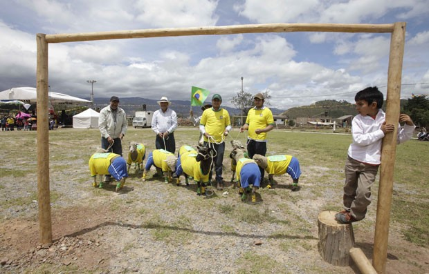 Partida fez parte da comemoração do Dia Internacional do Poncho (Foto: Javier Galeano/AP)