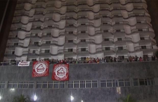 Fachada do hotel Saint Peter, em Brasília, durante ocupação de manifestantes do Movimento Resistência Popular (MRP) (Foto: TV Globo/Reprodução)