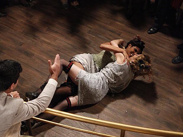 Mara e Zarolha rolam no chão do Bataclã por Nacib (Foto: Gabriela/TV Globo)