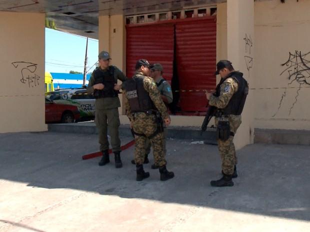Bando explodiu caixa eletrônico dentro de farmácia  (Foto: Reprodução/TV Clube)