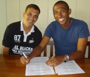 Sérgio Júnior assinatura contrato Al-Hilal Omdurman (Foto: Divulgação)