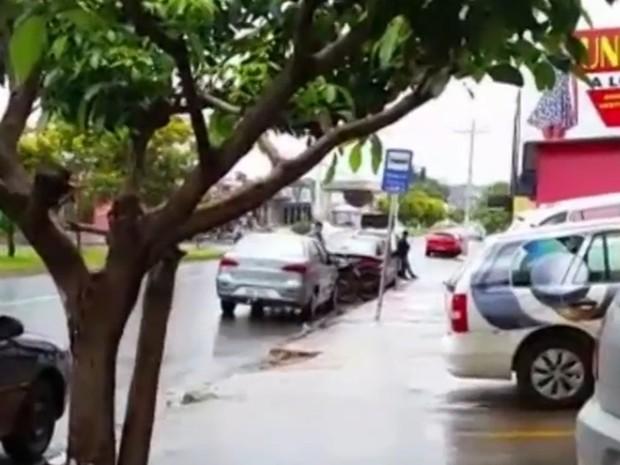 Mulher morreu após ser baleada em ponto de ônibus, em Goiânia, Goiás (Foto: Reprodução/TV Anhanguera)