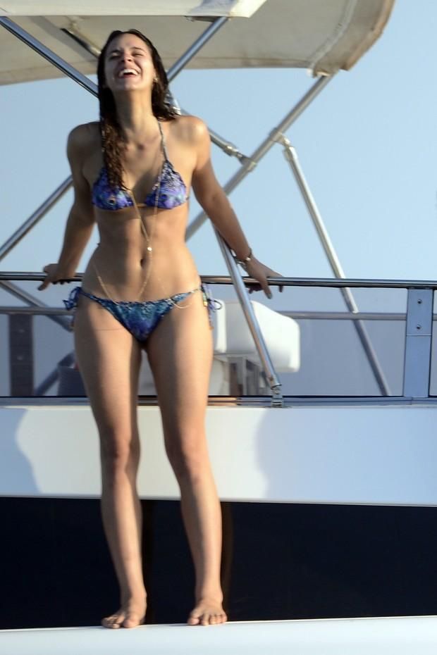 Bruna Marquezine em um iate em Ibiza, na Espanha (Foto: Splash News