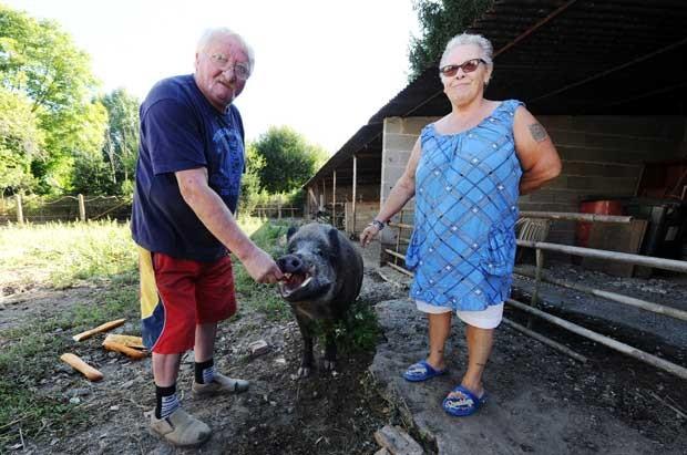 Casal vive com seu animal de estimação na França (Foto: Pascal Lachenaud/ AFP)