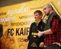 Arshavin raspa cabeça de jornalista após superar meta de gols no Cazaquistão