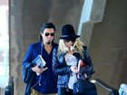 Danielle Winits e André Gonçalves são clicados em aeroporto do Rio