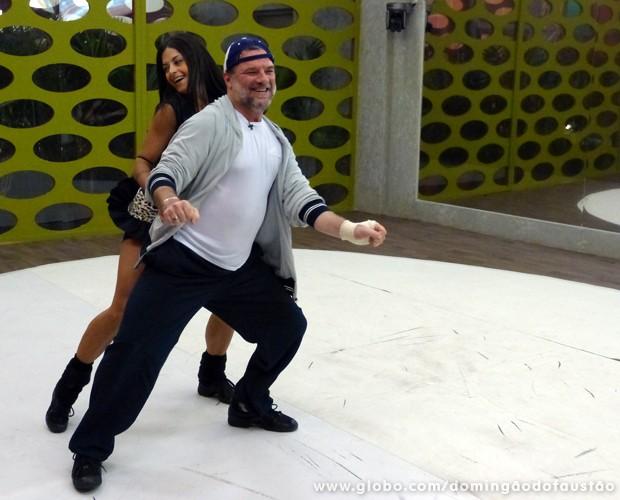 Adriano Garib e Aline se divertem no treino desta sexta (Foto: Domingão do Faustão / TV Globo)