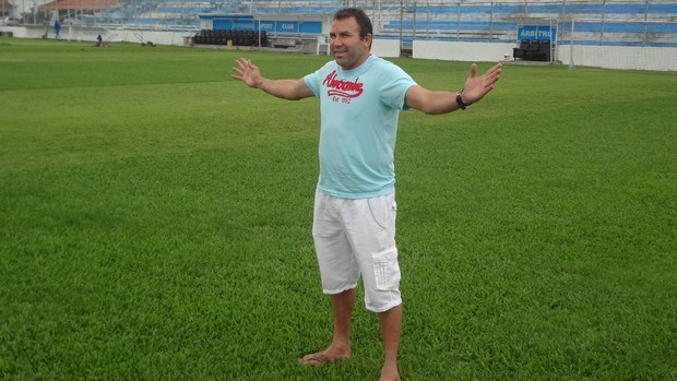 Zé Augusto reverencia o Estádio da Curuzu, palco de grandes conquistas do jogador (Foto: Gustavo Pêna/GLOBOESPORTE.COM)