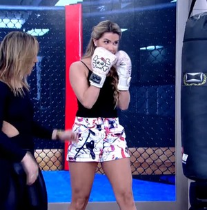 Aline ensaia golpe de boxe pensando em Fernando (TV Globo)