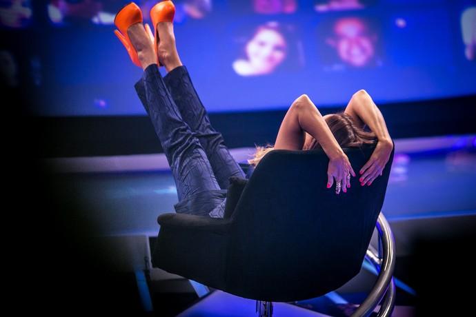 Daniela Mercury levanta os pés e mostra que combinou a cor do esmalte com a dos sapatos (Foto: Isabella Pinheiro/Gshow)