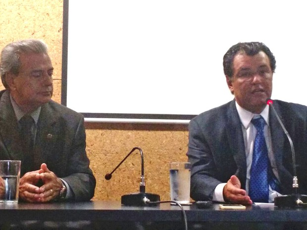 O ministro Eduardo Braga (dir.) e o  diretor-geral da Aneel, Romeu Rufino, durante entrevista (Foto: Laís Alegretti/G1)