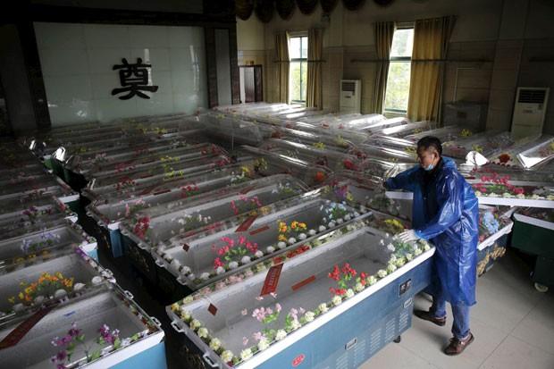 Caixões são preparados para vítimas do naufrágio de um cruzeiro na China; mais de 450 pessoas estavam no navio – por enquanto, 18 corpos foram recuperados (Foto: Reuters)