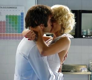 Loira puxa o boy para um beijão (Foto: TV Globo)