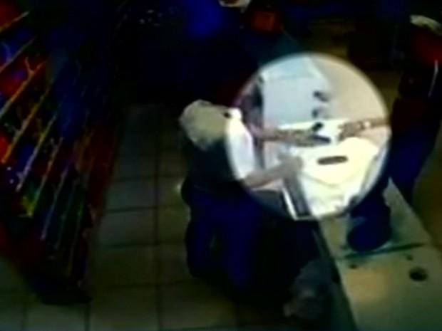 Dois homens são flagrados assaltando uma farmácia em Luziânia Goiás (Foto: Reprodução/TV Anhanguera)