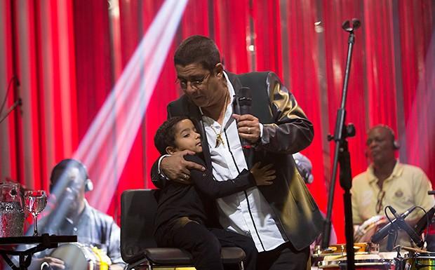 """Zeca Pagodinho e o neto Noah no """"Msica Boa Ao Vivo"""" (Foto: Andr Bittencourt/Multishow)"""