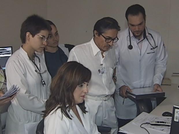 Residentes aprendem no Hospital de Base em Rio Preto (Foto: Reprodução/ TV TEM)