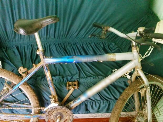 Jovem fugiu e deixou bicicleta dentro da residência da idosa (Foto: Polícia Civil/Divulgação)