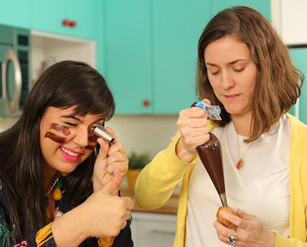 Nenhum detalhe dessa bomba de chocolate escapam do olhar atento de Raiza Costa! (Foto: Gshow)