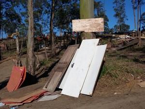 Portas deixadas em área de reintegração (Foto: Maiara Barbosa/G1)