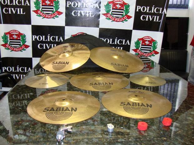 Pratos de bateria que foram furtados e colocados a venda em site de leilões na internet (Foto: Divulgação/Polícia Civil)