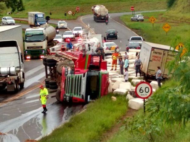 Caminhão tombou no trevo de Ourinhos (Foto: Fernanda Ubaid / TV TEM)