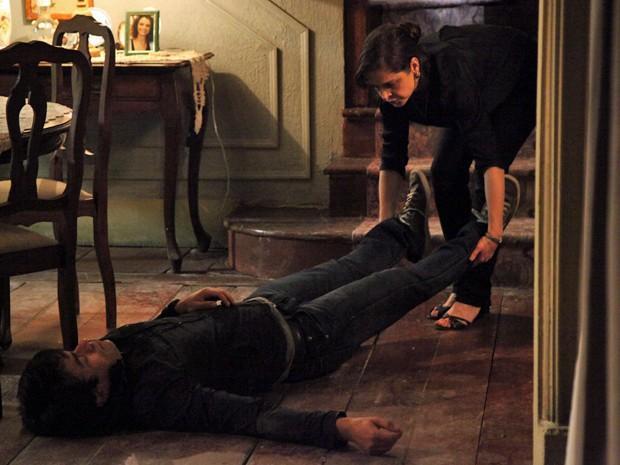 Cora percebe que Fernando não está morto (Foto: Carol Caminha/GShow)