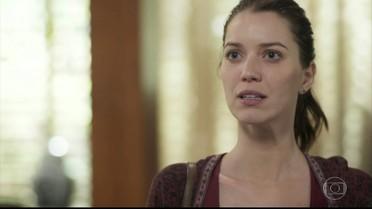 Júlia fica constrangida com o questionamento de Diana