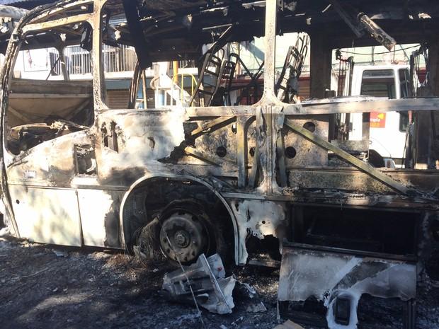 Doze ônibus foram destruídos em Magé após morte de criança de cinco anos (Foto: Henrique Almeida / G1)