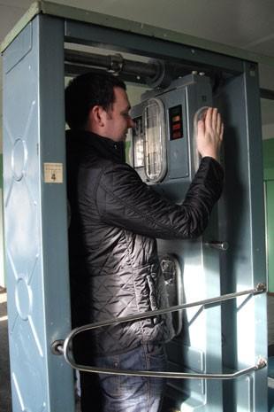 Turista passa por detector de radiação em Chernobyl (Foto: Dylan Harris/Arquivo pessoal)