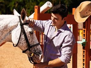 Antônio Fargoni se encantou com bolinha (Foto: Malhação / TV Globo)