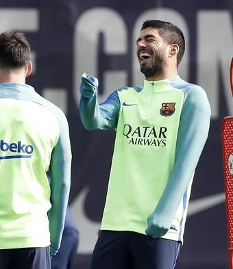 Neymar e Luis Suárez riem diante de Messi, de costas, no treino do Barcelona (Foto: EFE/Alberto Estévez)