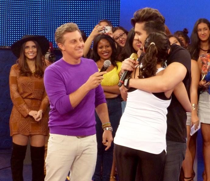 Luan Santana surpreende fã no palco do Caldeirão (Foto: Gabriela Bispo/Gshow)