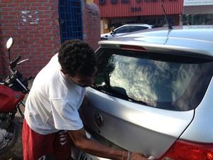 Lavador afirma que muitos carros ficam estacionados o dia todo (Foto: Bruno Perez/G1 RR)