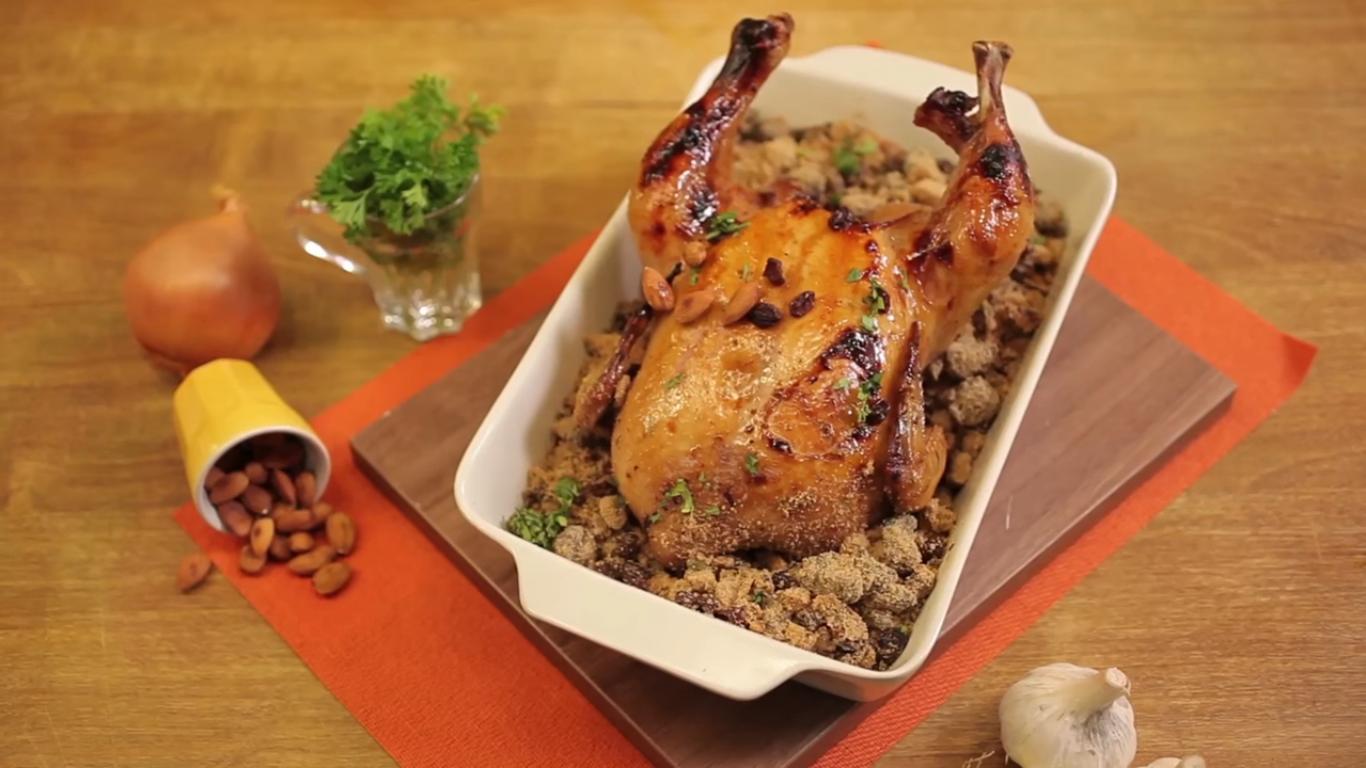 O tradicional frango assado de domingo agora em versão com polenta e molho agridoce (Foto: Divulgação)