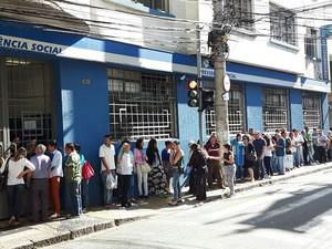 Fila de segurados na porta da agência do INSS da Rua Barreto Leme, em Campinas (Foto: Murillo Gomes)