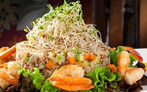 Mix de quinoa branca e negra com legumes e camarão grelhado