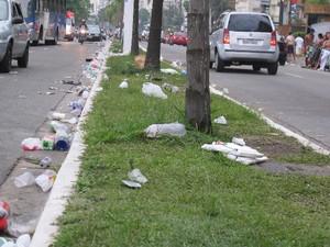 Lixo Avenida Praia Santos (Foto: Bruno Gutierrez / G1)