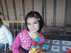 Maria Clara Silva Santos, de oito anos, tentou vender um telefone celular para ajudar a família (Foto: Reprodução/RBS TV)