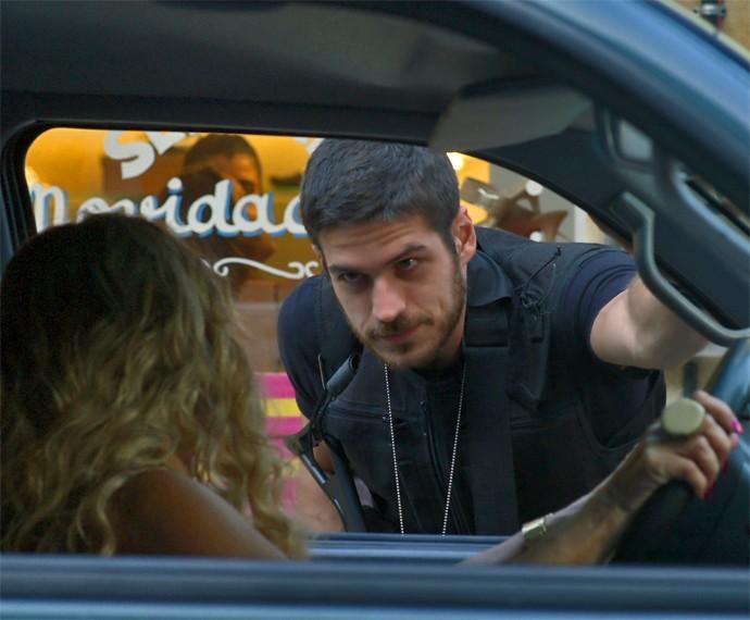 Dante pede para revistar o carro de Adisabeba enquanto ela tenta fugir com Zé Maria (Foto: TV Globo)