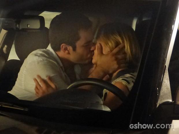 Felipe toma iniciativa e dá beijão em Silvia (Foto: Em Família/ TV Globo)