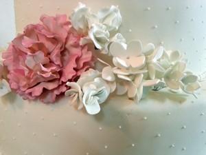Ciampi investiu nas flores neste bolo de casamento (Foto: Nathalie Guimarães/G1)