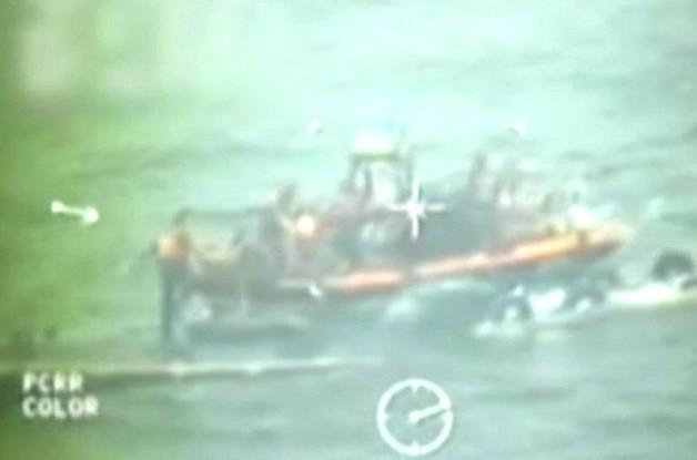 Barco de guardas de fronteiras abordam o submarino