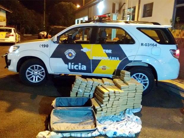 Suspeitos transportavam as drogas em dois veículos próximo a Barretos, SP (Foto: Polícia Rodoviária/Divulgação)
