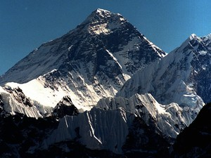 Avalanches fatais interromperam as temporadas de alpinismo de 2014 e 2015 (Foto: AP Photo/Hans Edinger)