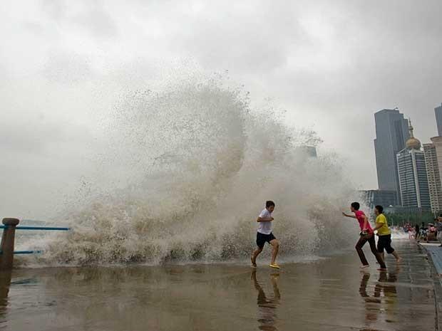 Tormenta 'Bolaven' atingiu Shandong, no nordeste do país. Ondas enormes atraíram moradores à orla. (Foto: AFP Photo)